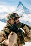 Man som framme står av Matterhorn Royaltyfri Bild