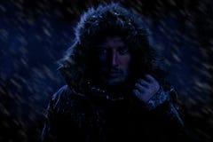 Man som fryser i kallt väder arkivbilder