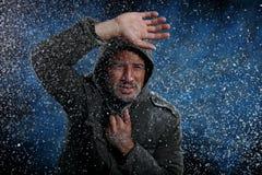 Man som fryser i kallt väder royaltyfri bild