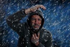 Man som fryser i kallt väder royaltyfria bilder