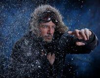 Man som fryser i kallt väder fotografering för bildbyråer