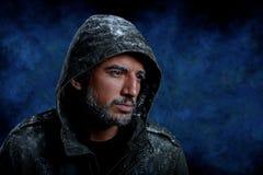Man som fryser i kallt väder arkivbild