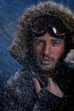 Man som fryser i kallt väder arkivfoton