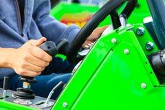 Man som fungerar den stora industriella jordbruks- maskinen Royaltyfri Foto