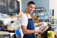 Man som fungerar i coffee shop Royaltyfri Foto