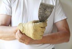 Man som fungerar med en smärtsam wrist arkivbilder