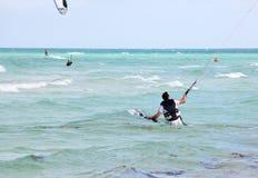 Man som gälls, i att kiteboarding Fotografering för Bildbyråer