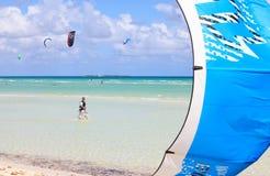 Man som gälls, i att kiteboarding Royaltyfri Foto
