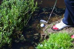 Man som gå i flisor bollen från vattenfara Royaltyfri Fotografi