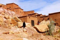 Man som går, Ait Ben Haddou, Marocko Royaltyfri Fotografi