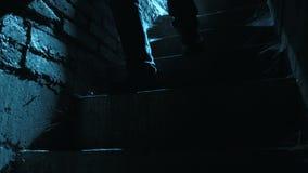 Man som går bottenvåning i månsken på natten lager videofilmer