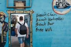 Man som går för att piratkopiera liten vikstången för ` s i Carlisle Bay, Bridgetown, Barbados royaltyfria foton