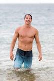 Man som går havvatten Royaltyfri Fotografi
