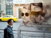 Man som går i gatan Fotografering för Bildbyråer