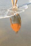 Man som går i havet med full reflexion Royaltyfri Foto