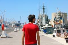 Man som går i porthamnen av Malaga, Spanien Arkivbild