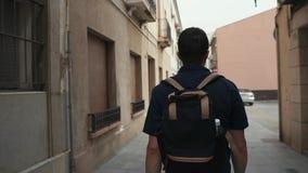 Man som går i staden, turist- resande stock video