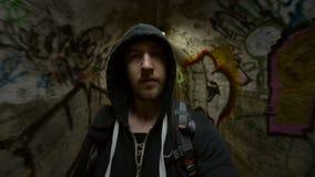 Man som går i underjordisk tunnel arkivfilmer