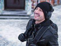 Man som går lyssnande musikhörlurbegrepp Royaltyfria Bilder