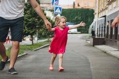Man som går med lilla flickan Royaltyfri Foto