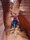 Man som går ner den smala kanjonen Arkivbild