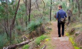 Man som går på alligatorklyftan Royaltyfri Foto
