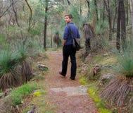 Man som går på alligatorklyftan Arkivfoton