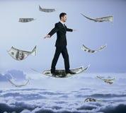 Man som går på att flyga dollaren Royaltyfria Foton