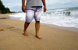 Man som går på stranden Royaltyfri Foto