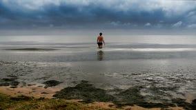 Man som går till havet stock video