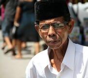 MAN SOM GÅR TILL OCH MED MARKNAD I PADANG, INDONESIEN Royaltyfri Bild