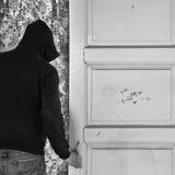 Man som går ut till och med dörr arkivbild