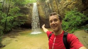 Man som gör den Selfie videoen på vattenfallet lager videofilmer