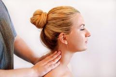Man som gör en halsmassage i rehabiliteringmitt Fotografering för Bildbyråer