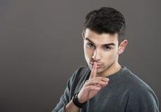 Man som gör en tystnadgest Fotografering för Bildbyråer