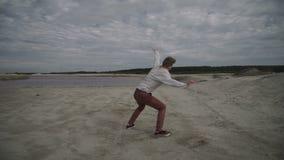 Man som gör flip på stranden stock video