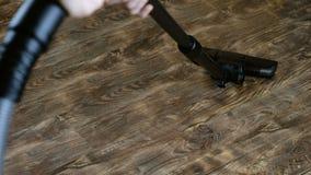 Man som gör hem- lokalvård Att att dammsuga dammsugaregolvlaminaten 4K lager videofilmer