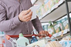 Man som gör livsmedelsbutikshopping royaltyfri bild