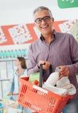 Man som gör livsmedelsbutikshopping royaltyfria bilder