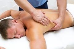 Man som gör massage arkivfoton