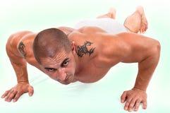 Man som gör push-ups. fotografering för bildbyråer