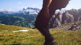 Man som gör trekking i bergen som går till överkanten, Alta Badia berg stock video