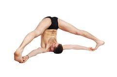 Man som gör yoga Arkivfoto