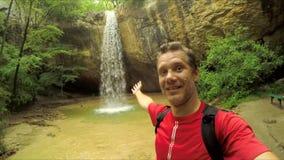 Man som g?r den Selfie videoen p? vattenfallet arkivfilmer