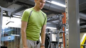 Man som g?r triceps?vningar i idrottshallen stock video