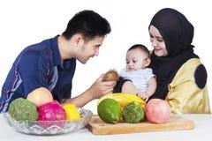 Man som ger en frukt till hans son Royaltyfri Bild