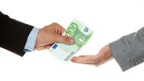 Man som ger euro 100 till en kvinna (affär) Arkivfoto