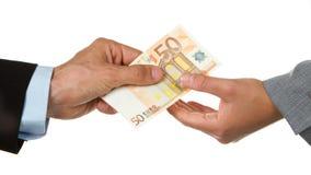 Man som ger euro 50 till en kvinna (affär) Arkivbild