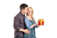 Man som ger gåva till hans flickvän Royaltyfri Fotografi