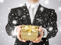 Man som ger gåvaasken Fotografering för Bildbyråer